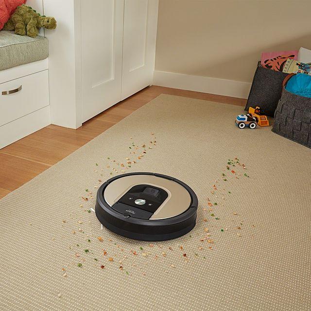 H #Roomba 976 είναι ένα άριστα εξοπλισμένο μοντέλο. Η ακριβής πλοήγηση iAdapt 2.0 με οπτικό εντοπισμό και το σύστημα καθαρισμού AeroForce™ τριών σταδίων, εξασφαλίζει τέλειο καθάρισμα σε όλων των ειδών τα πατώματα και χαλιά. Μάθε περισσότερα ➡ link in bio Αν δεν είναι από την iRobot®, δεν είναι Roomba® #roomba976 #roomba900 #irobotgreece #irobotgr